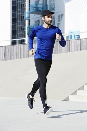 ropa deportiva: hombre corriendo en ropa deportiva