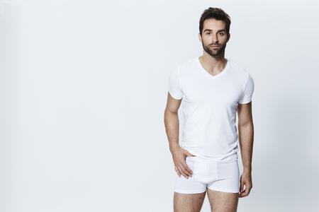 카메라를보고 흰 속옷에 남자