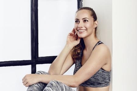 ropa deportiva: atleta impresionante mujer en ropa deportiva, sonriendo Foto de archivo