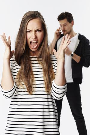 irrespeto: novia enojada ignorado por el hombre en el teléfono Foto de archivo