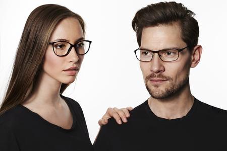 스튜디오에서 안경을 쓰고 멋진 커플