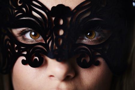 ojos marrones: Mujer hermosa y enmascarada con los ojos marrones, de cerca