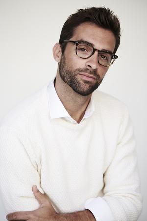 흰 스웨터와 안경 잘 생긴 초상화