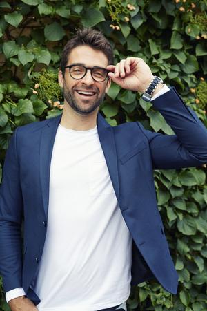 안경과 재킷에 웃는 남자, 초상화