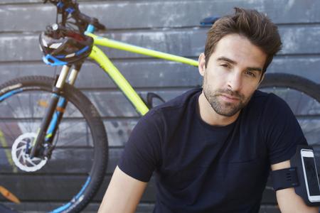 Ciclista séria olhando para a câmera