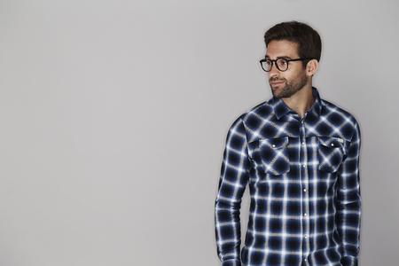 안경에 체크 셔츠 남자 웃고, 멀리보고
