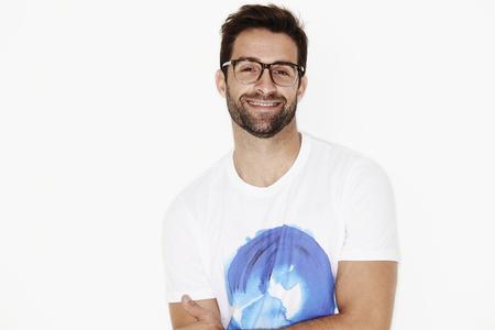 카메라를 웃는 티셔츠와 안경 남자 스톡 콘텐츠
