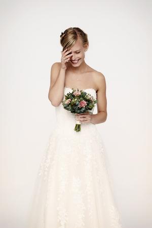 꽃과 흰 드레스에 신부를 웃고
