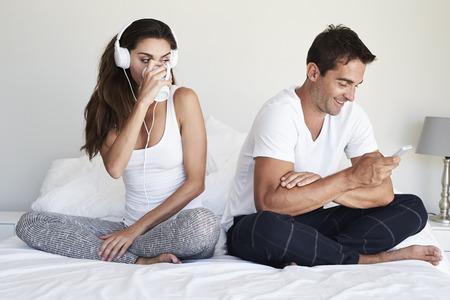 celos: Pareja, separado, tecnología, cama