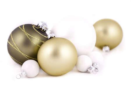 Groene en witte kerstballen of decoraties, op een witte achtergrond, met ondiepe scherptediepte