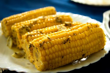mais: Cooked mais cobs on white plate ready to eat