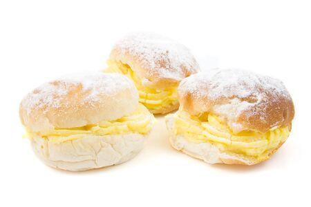 sandwiche: tre panini deliziosa crema sul piatto nero, isolato su sfondo bianco