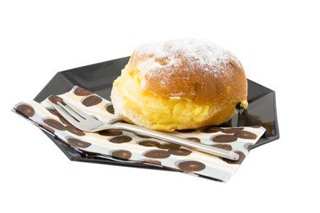 sandwiche: deliziosi sandwich crema sulla piastra nera, isolato su sfondo bianco