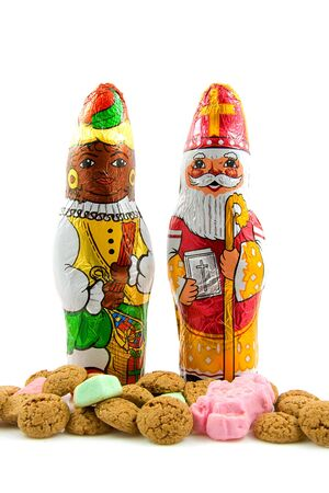 Chocolade zwarte pete (zwarte piet) en sinterklaas (santa claus), Maïssnoepjes voor een traditionele gebeurtenis in Nederland over de witte achtergrond