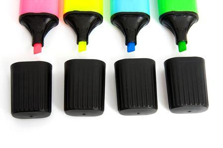 ouvrir des marques colorées avec majuscules sur fond blanc