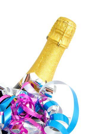 over packed: Collo di bottiglia di champagne chiuso confezionate in carta dorata con streamer colorato su sfondo bianco