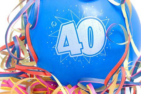 Palloncino blu compleanno per qualcuno che ha 40 anni con partito streamer su sfondo bianco Archivio Fotografico - 6304512