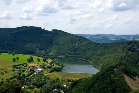 belgie: Landschap van Coo, België met bergen en meer