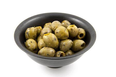 spicey: ciotola nero con olive speziate verdi su sfondo bianco