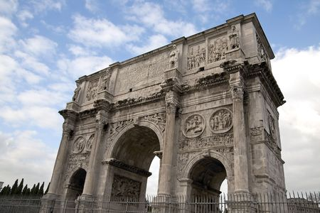 constantino: View of Arco Di Costantino (Arch of Constantine) in Rome, Italy. It was erected to commemorate Constantine Is victory over Maxentius at the Battle of Milvian Bridge on October 28, 312.The arch is 21 m high, 25.7 m wide and 7.4 m deep. Stock Photo