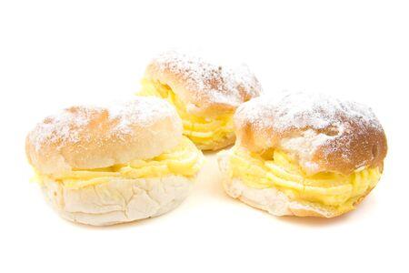 sandwiche: tre deliziosi panini crema isolati su sfondo bianco