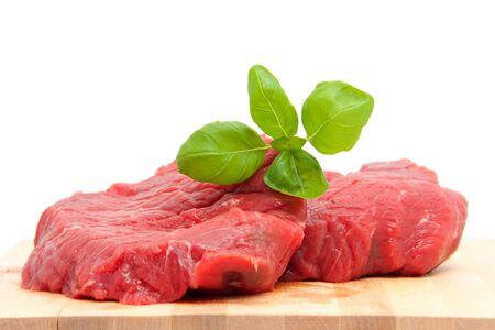 steak cru: viande de steak cru sur planche � d�couper en gros plan sur fond blanc