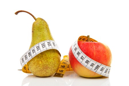 cintas: dieta sana; la pera y la manzana con cinta de medida sobre fondo blanco  Foto de archivo