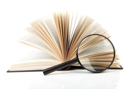 loupe: Ouvrez le livre avec la loupe sur fond blanc  Banque d'images