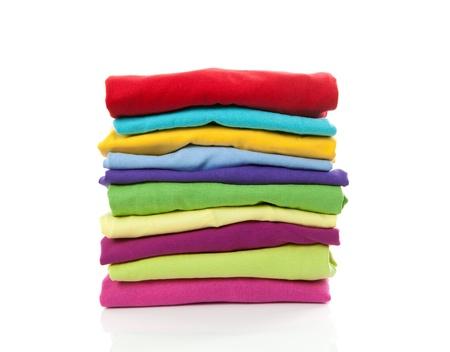 sudadera: Pila de ropas coloridas sobre fondo blanco