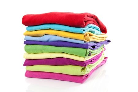 lavando ropa: Pila de ropas coloridas sobre fondo blanco