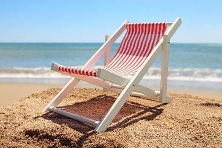 strandstoel: Beach chair near the ocean on sunny day