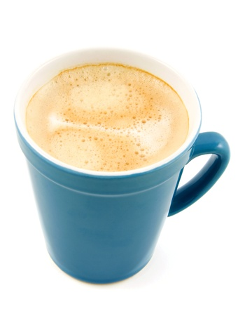 kroes: Koffie in blauwe cup geïsoleerd op witte achtergrond