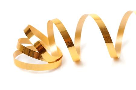 serpentinas: Streamer dorado sobre fondo blanco