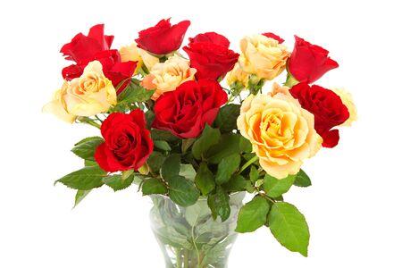rosas naranjas: Bouquet de rosas naranjas y rojos sobre fondo blanco Foto de archivo