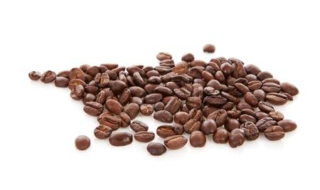 grano de caf�: Pila de grano de caf� tostado sobre fondo blanco