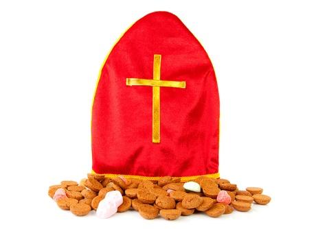 Mitre ook bekend als mijter van Sinterklaas en pepernoten, een onderdeel van typisch Nederlandse traditie, geïsoleerd op witte achtergrond
