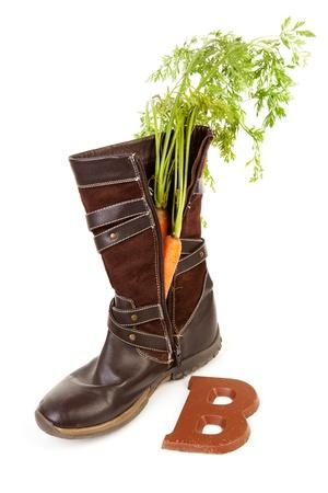Boot met wortel en chocolade letter voor Nederlandse traditionele feest: Sinterklaas over witte achtergrond