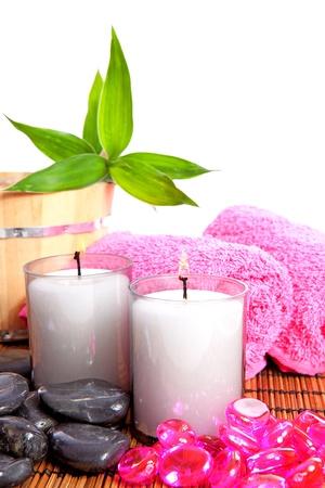 rosa spa zen y accesorios de bambú en la estera de caña