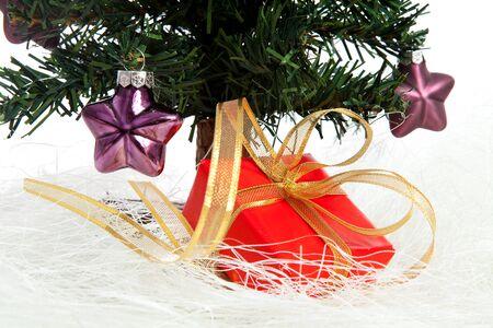 estrellas moradas: pl�stico �rbol de navidad con estrellas color p�rpura y rojo presentes aisladas sobre fondo blanco Foto de archivo
