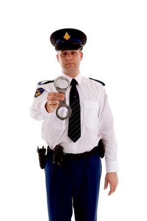 Der Polizist zeigt Handschellen auf weißem Hintergrund