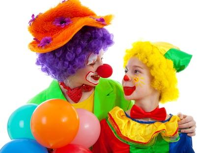 dos niños vestidos de payaso divertido colorido con globos sobre fondo blanco