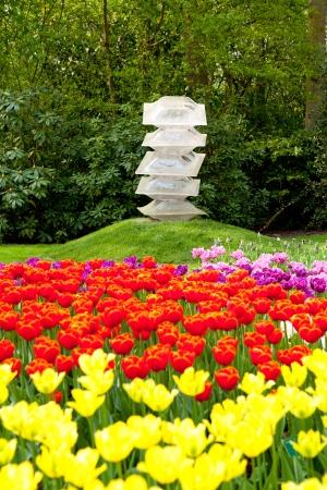 lisse: Kunst in Lisse bloementuin met kleurrijke Nederlandse tulpen