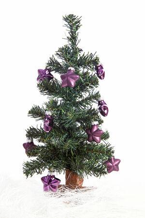 estrellas moradas: �rbol de navidad pl�stico con las estrellas p�rpuras aislados sobre fondo blanco Foto de archivo