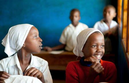 popolo africano: KINAZINI, KENYA - luglio-12 bambini africani non identificati che mostrano la loro scuola per i turisti con la canzone tradizionale benvenuto il 12 luglio 2011 in un villaggio locale in Kinazini, Kenya