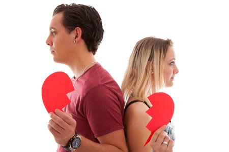 corazon roto: El par joven está rompiendo isoalted en blanco bakground