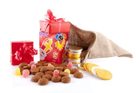 sorpresa: T�pica celebraci�n holand�s: Sinterklaas con sorpresas en bolsa y nueces de jengibre, listo para los ni�os en diciembre. Aislados en fondo blanco