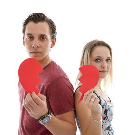 corazon roto: El par joven est� rompiendo isoalted en blanco bakground