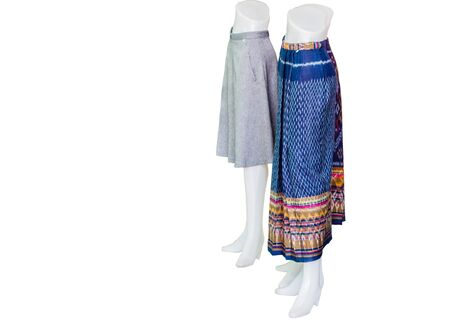 d788d37b9dd8f8  60623004 - Mooie Thaise jurken op mannequins isoleren witte achtergrond