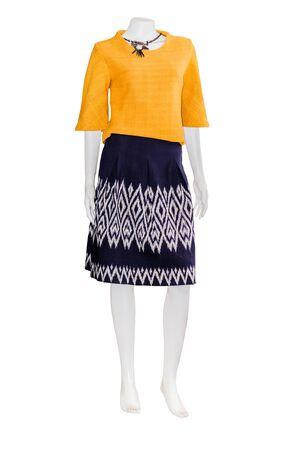 25b11a7358adc6  60623013 - Mooie Thaise jurken op mannequins isoleren witte achtergrond