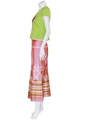 7ae81ca10f7800  60623015 - Mooie Thaise jurken op mannequins isoleren witte achtergrond